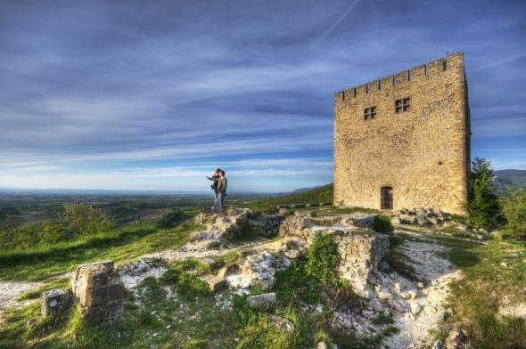 L'ancien donjon du château de Barcelonne (Drôme)