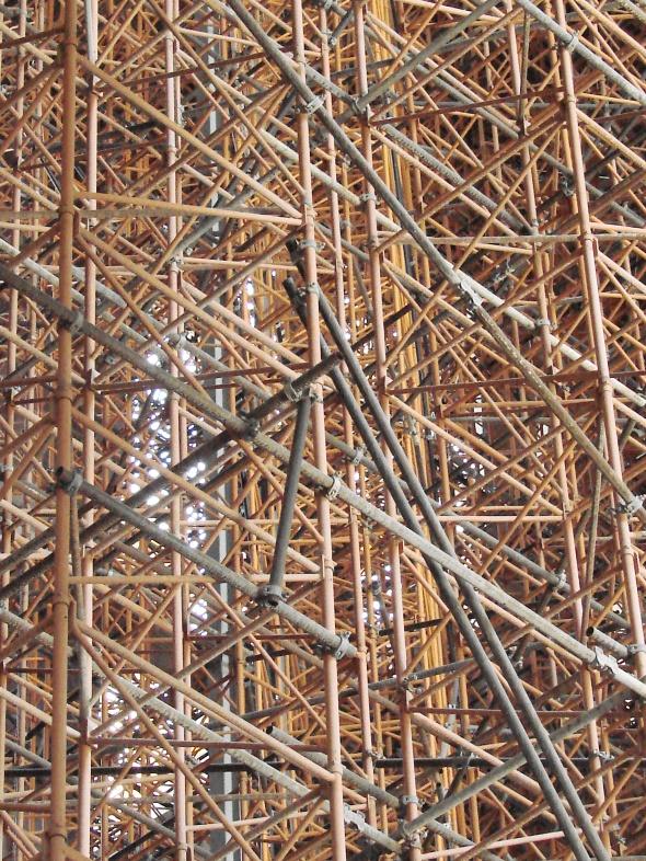 Dans la Sagrada Familia toujours en construction, les échafaudages se déclinent en une géométrie complexe.