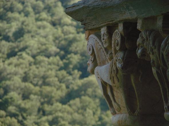La finesse romane des chapiteaux de Serrabone