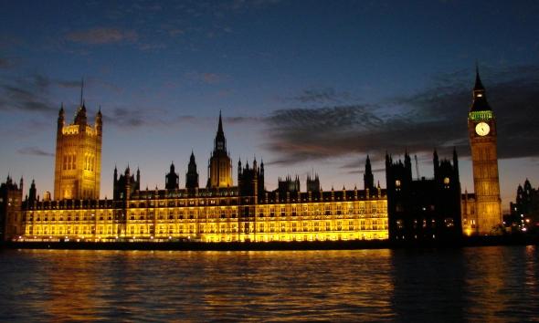 Le Parlement et Big Ben, depuis les bords de la Tamise (Londres)