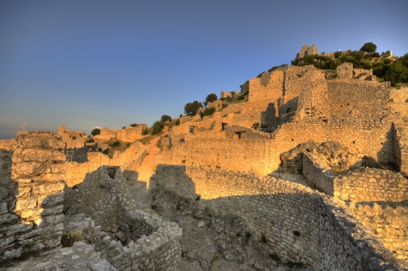 Les ruines imposantes de l'ensemble médiéval de Crussol (07).