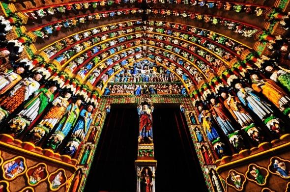 La nuit venue, un éclairage subtil permet de retrouver autour des portails la polychromie qui existait au Moyen-Âge.