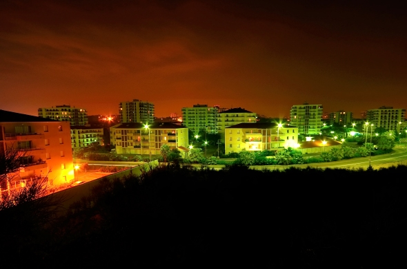 La ville nouvelle créée en 1962 éclaire la nuit perpignanaise de ses feux.