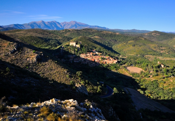 Castelnou, au coeur des Aspres, au pied du Canigou.
