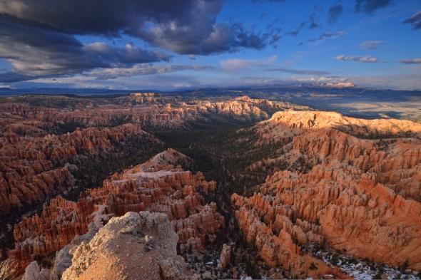 Retour aux USA ! A plus de 2 500 mètres d'altitude, Bryce Point offre la vue la plus incroyable sur Bryce Canyon. Une grande partie du parc se déroule sous nos pieds, la vue portant à l'infini sur montagnes, canyons et forêts. Nous avons atteint cette hauteur au moment où les rayons du soleil passaient sous la lourde couche nuageuse, rasant le paysage avant de disparaître derrière d'autres nuages massés sur l'horizon, plein ouest. Le jeu de couleurs était alors à son paroxysme. © Janet MOLINS