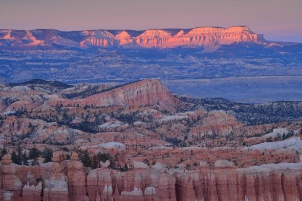 A peine remontés du fond du canyon que le soleil déclinait déjà. Nous cherchâmes un point de vue dégagé et posâmes nos trépieds en direction du Powell Point. Là, les derniers rayons de notre dernier coucher de soleil à Bryce Canyon achevèrent de nous convaincre de la magie des lieux, dans la douceur de teintes rose et bleu. Mais il nous restait encore une photo à prendre, quelques heures plus tard... © Janet MOLINS
