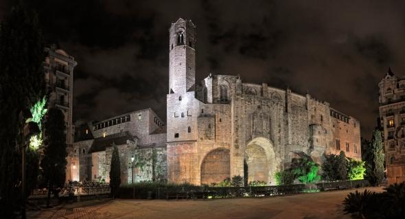 La Capella de Santa Àgata fut construite à partir de 1302, sous le règne de Jacques II d'Aragon. Depuis la place Ramon-Berenguer-el-Gran, on voit que l'édifice s'appuie la muraille romaine de l'antique Barcino.