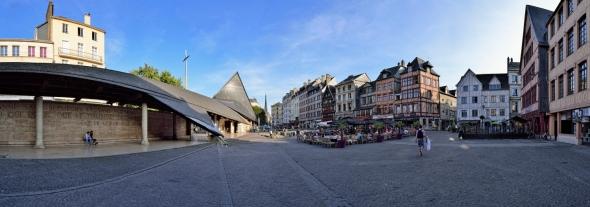 Rouen place du Vieux-Marché ciel bleu