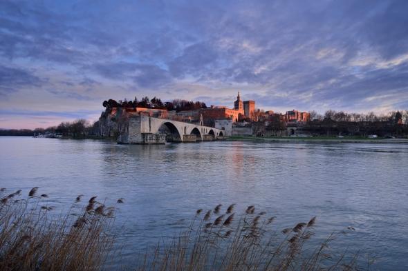 Coucher de soleil sur Avignon depuis les berges du Rhône