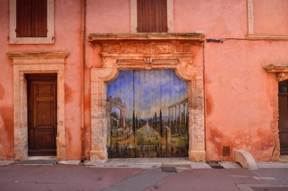 Rouddillon porte peinte dans le village